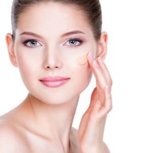 Вреден ли тональный крем при нанеении на кожу