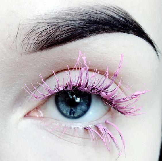 Розовая тушь в макияже