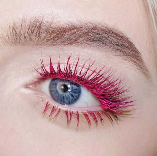 Яркая розовая тушь в макияже