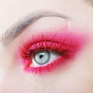 Красная тушь в макияже голубых глаз