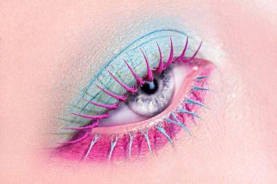 Яркий макияж с цветной тушью