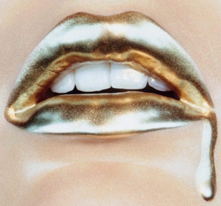 Помада металлик на губах