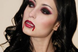 Макияж вампирши с черными и красными тенями