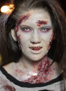 Устрашающий макияж зомби для девушки