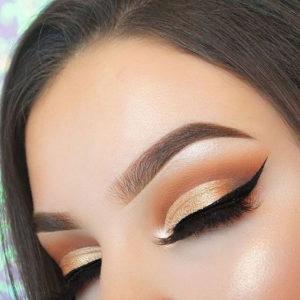 Дневной макияж глаз в технике cut crease в золотистых тонах