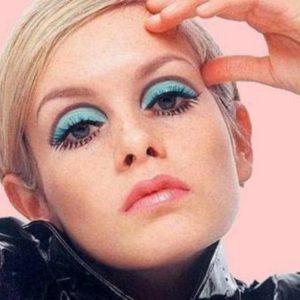 Твигги с макияжем глаз в технике cut crease