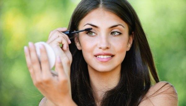 Девушка пользуется тушью для ресниц