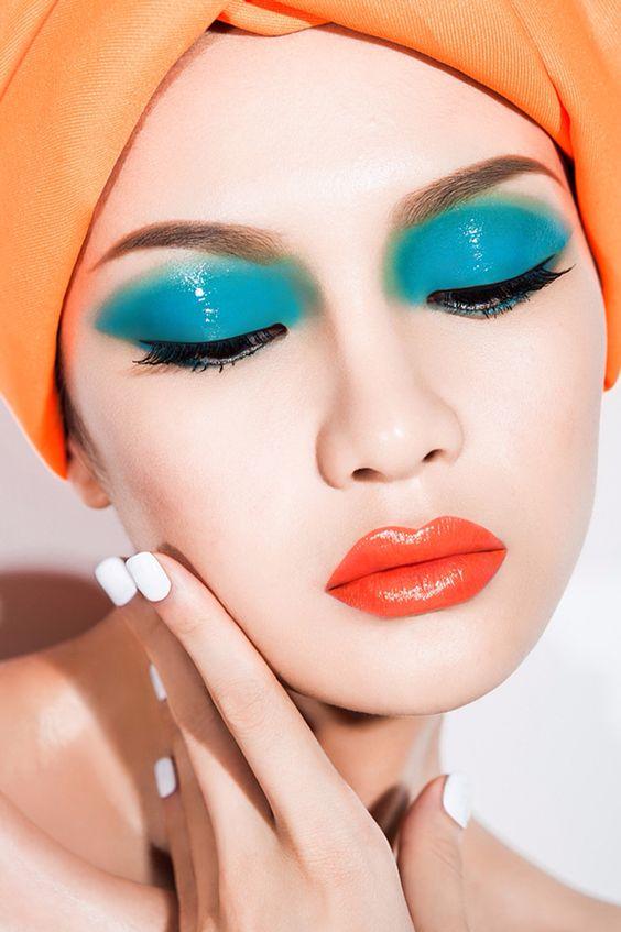 Голубо-оранжевый макияж в технике color block