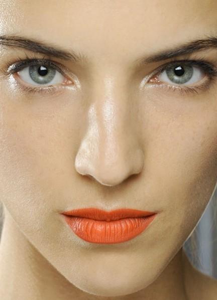 Оранжевая помада на коже с выровненным тоном
