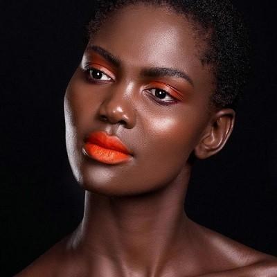 оранжевая помада на темной коже
