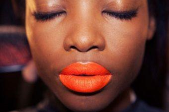 Оранжевая помада в макияже. Особенности использования