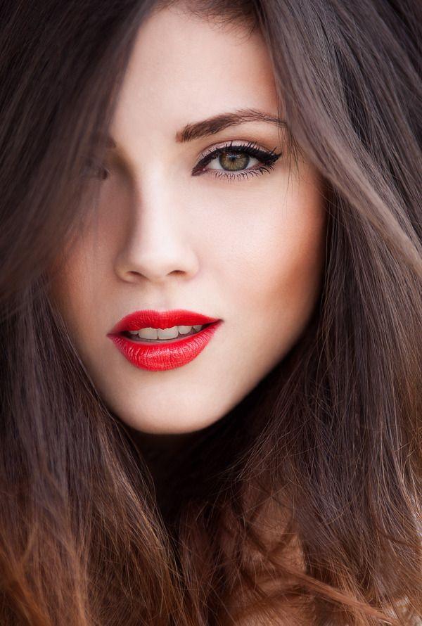 Красная помада на губах темноволосой девушки