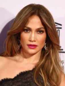 Акцент на губы в макияже Дженнифер Лопес