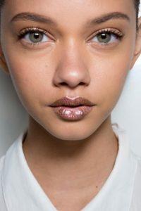 Акцент на губы в макияже с металлической помадой