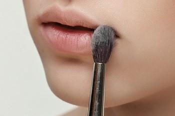 Тонирование губ при нанесении помады