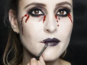 Макияж вампирши с темными губами