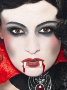 Макияж вампирши в технике smoky eyes