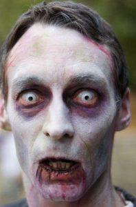 Макияж зомби с цветными линзами