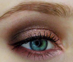 Мерцающие медно-розовые тени для серо-зеленого цвета глаз в зимнем макияже