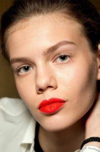 Зимний макияж с красной помадой