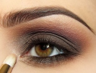 Деловой макияж с коричневыми смоки айс