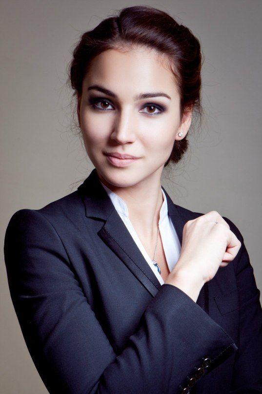 Девушка в костюме с вариантом нанесения делового макияжа
