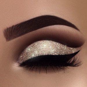 Вечерний макияж глаз в технике cut crease с золотыми тенями