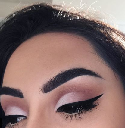 Дневной макияж глаз в технике cut crease в розовых тонах