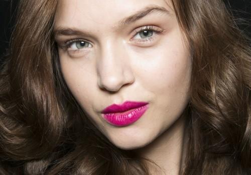 Модный макияж для деловой женщины с акцентом на губы