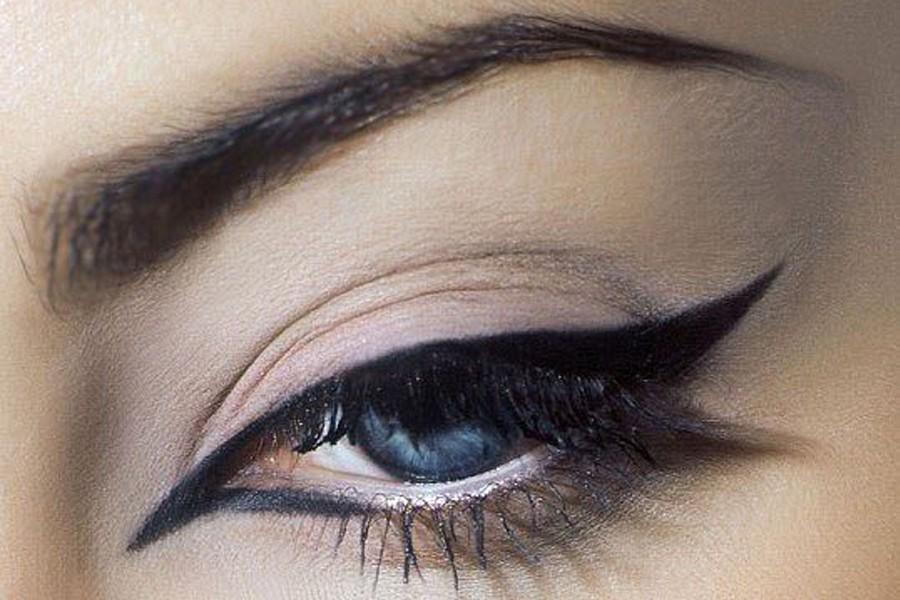 Кошачьи стрелки в макияже глаз
