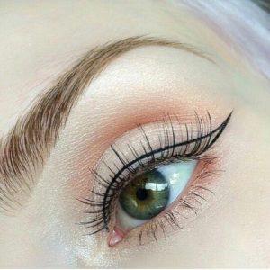 Графичные стрелки в макияже глаз