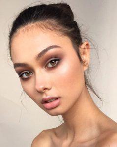 Нежный дневной макияж с коричневыми смоки айс