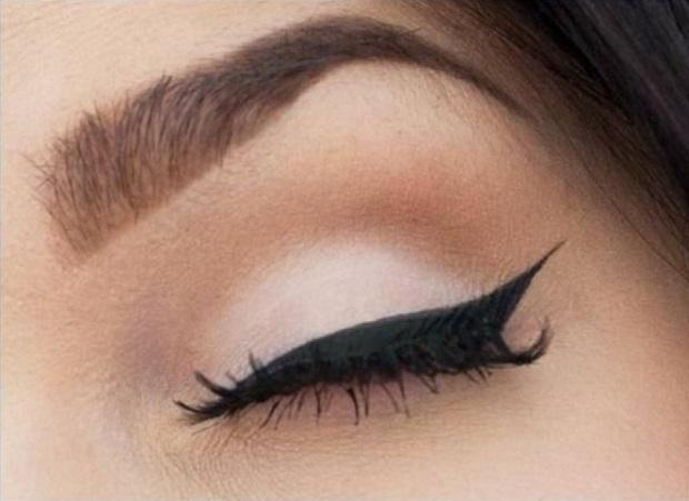 Классическая стрелка в макияже глаз