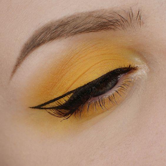 Макияж желтыми тенями с подводкой