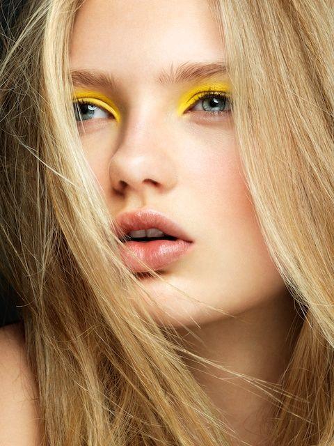 Желтые тени в макияже глаз