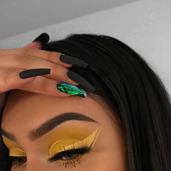 Желтые стрелки в макияже глаз