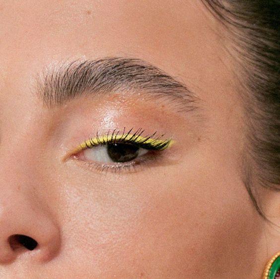 Желтая подводка в макияже