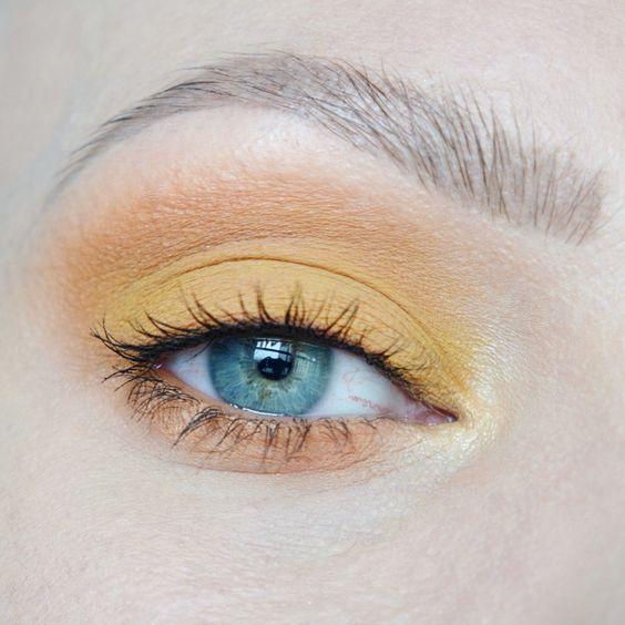 Желтые тени в макияже для голубых глаз