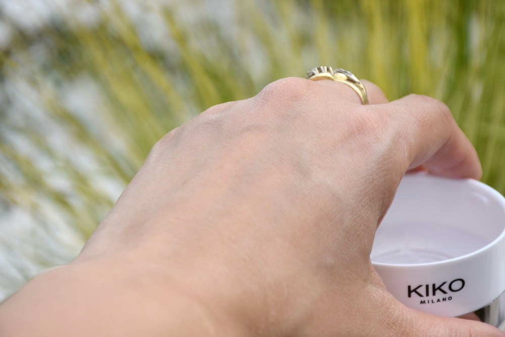 Фото с примером после использованияInvisible Touch Face Fixing Powder от Kiko Milano