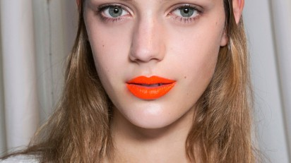 оранжевая помада на светлой коже