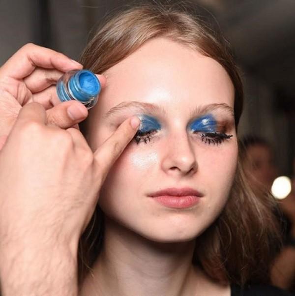 Макияж глаз с бежевыми и синими тенями