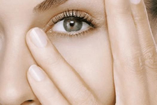 Правильный  домашний уход за кожей вокруг глаз: правила, особенности и этапы, лучшие средства и массажеры