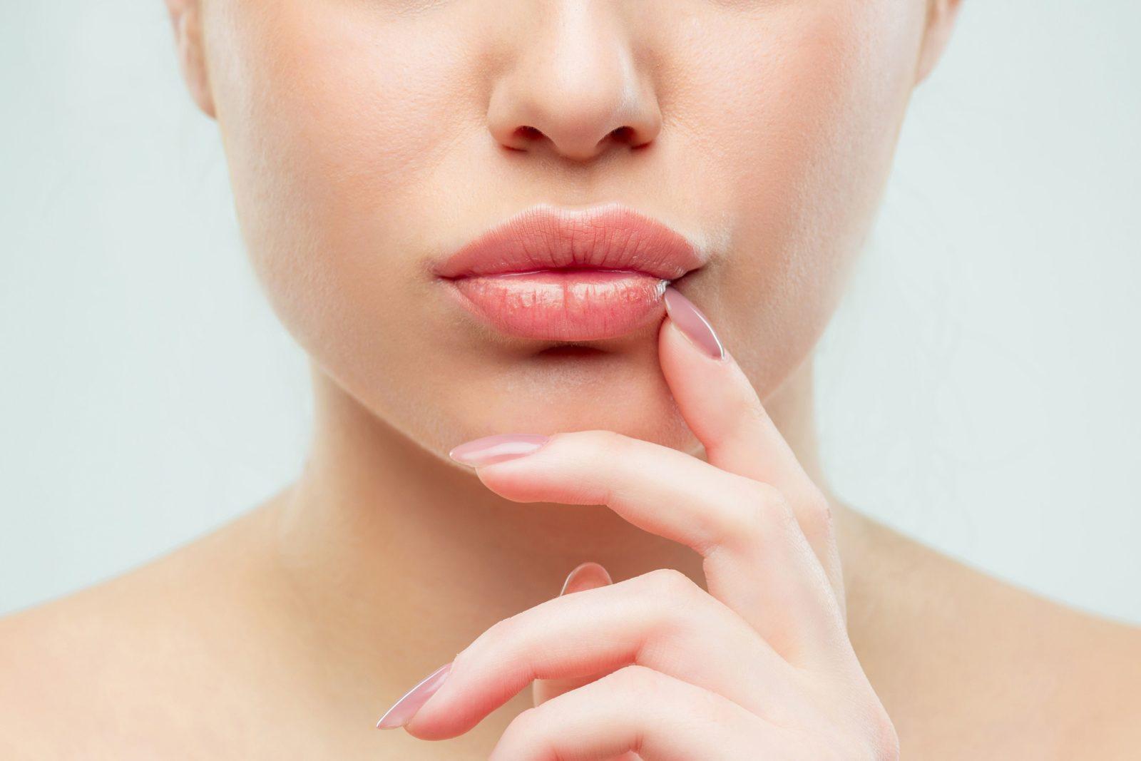 Как осветлить темные губы в домашних условиях